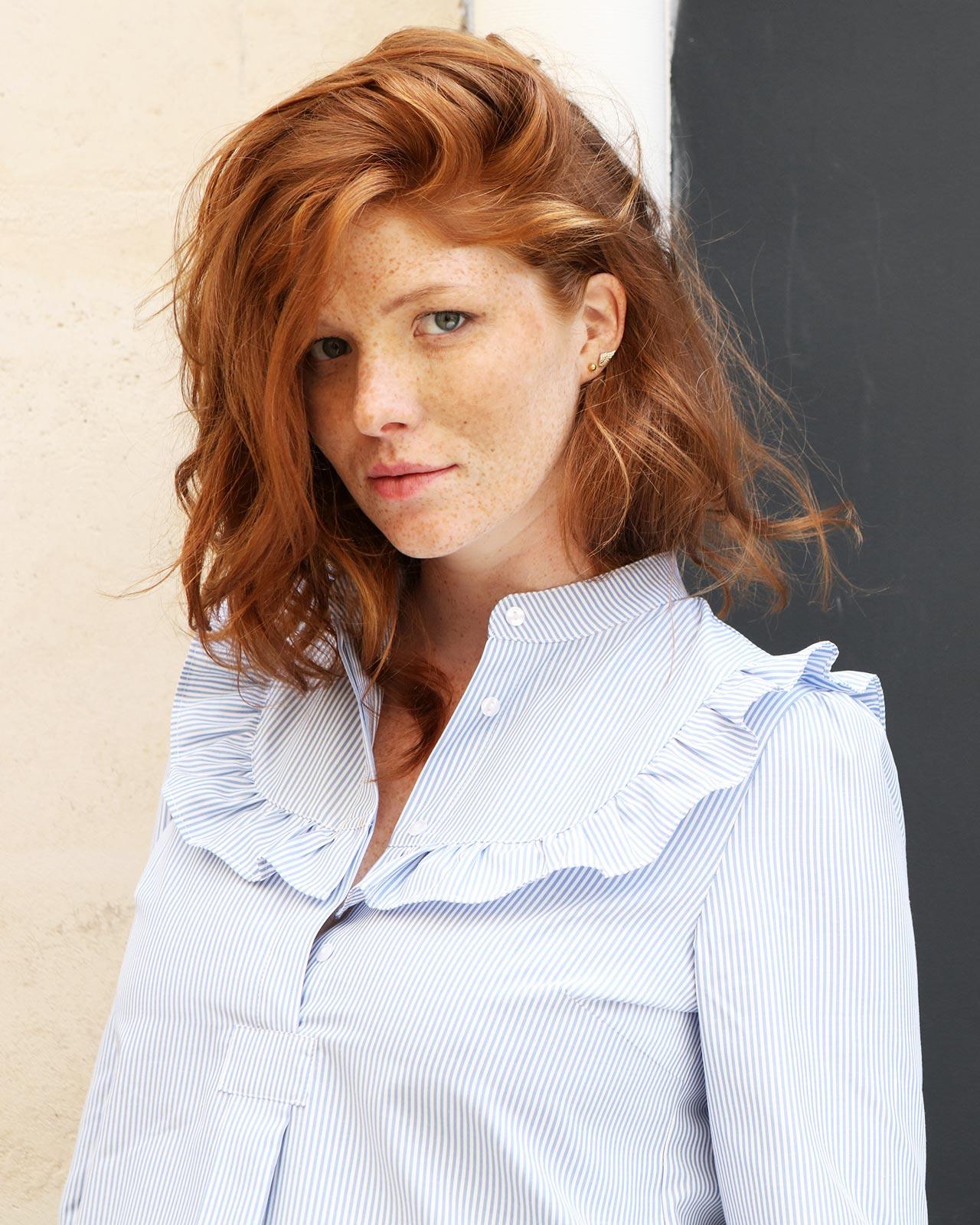 Chemise de grossesse habillée avec volants à rayures bleues et blanches (2)